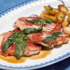 Kalbsrückenmedaillons mit Parmaschinken in Salbei Butter mit Beilage (Rosmarin Kartoffeln und Gemüsen)