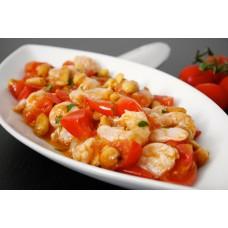Garneln in Tomatensauce mit Kapern und Oliven mit Salat