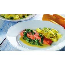 Lachsfilet in Kräutersauce mit Salat