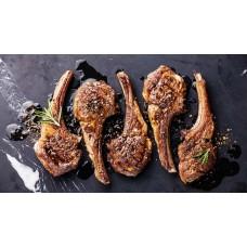 Lammkarre Kotoletts vom grill auf Spinat