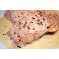 Lachsfilet in Rosapfeffersauce mit Salat