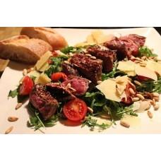 Rinderfiletspitzen auf Rucola mit parmesan